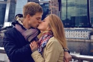 Как понять что девушка хочет поцеловаться