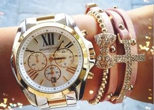 на какую руку надевают часы