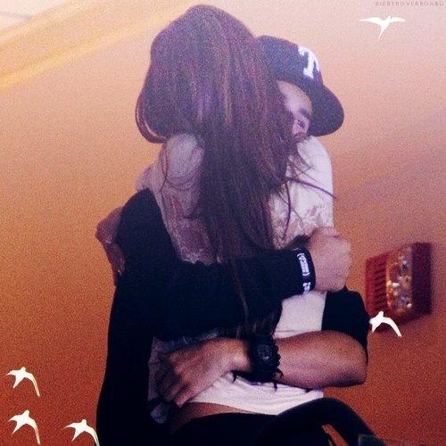 Фото на аву парень с девушкой обнимаются