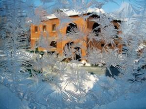 почему +на окнах образуется лед;