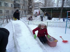 как сделать горку из снега своими руками