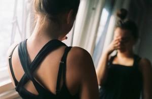почему нельзя смотреть +в зеркало +когда плачешь
